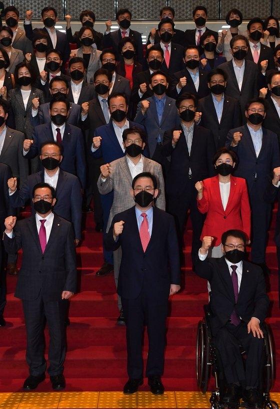 野党「国民の力」の議員たちが24日、国会ロタンダホールの階段で、北朝鮮軍銃撃によって死亡した公務員事件の糾弾大会を開いてスローガンを叫んでいる。オ・ジョンテク記者