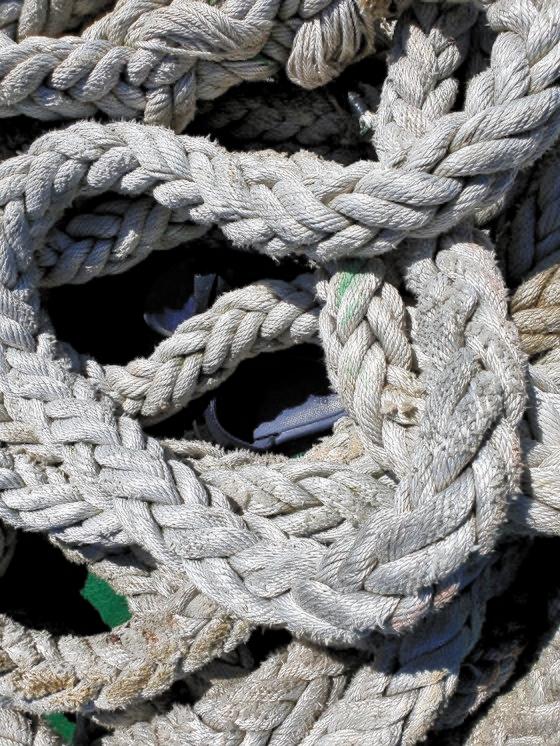 北朝鮮軍に射殺された公務員イさんが行方不明になった当時、漁業指導船の船尾にあった履き物。海洋水産部は「脱いだ履き物が置かれていて、誤って転落したとは考えにくい」と伝えた。[写真 仁川海警]