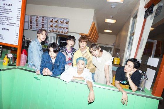 英語新曲『Dynamite』で新記録を塗り替えているグループ防弾少年団(BTS)。[写真 Big Hitエンターテインメント]