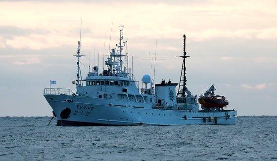 西海の北方限界線(NLL)付近の海上で行方不明になった公務員Aさんが乗船していた漁業指導船「ムクゲ10号」が25日午前、大延坪島(テヨンピョンド)付近の海上に停泊している。