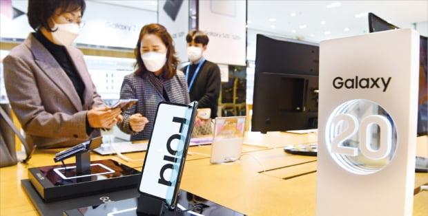 4月7日、ソウル・瑞草洞社屋にあるサムスン電子の製品体験展示場「ディライトショップ」で消費者がスマートフォンを見ている。カン・ウング記者
