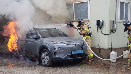 昨年7月28日、江原道江陵市の事務室付近の路上でコナEVの火災事故が発生し、消防隊員が消火している。当時、この車は後輪やトランクなど車両下部のバッテリーパック周辺部分がひどく燃えた。[江陵消防署]
