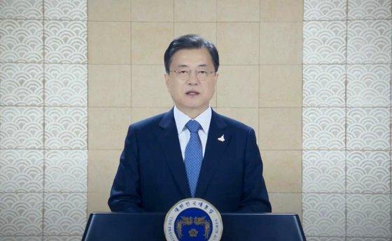 文在寅大統領が8日に韓米間の政治・経済・文化・芸術分野の交流促進に向けた非営利団体コリアソサエティーの年次夕食会でビデオメッセージで演説をしている。文大統領はこの日「終戦宣言こそ韓半島平和の始まり」としながら「韓半島終戦宣言に向け韓米両国が協力し国際社会の積極的な参加を引き出せるようになることを希望する」と明らかにした。[写真 青瓦台]