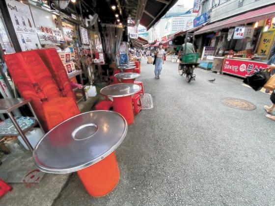 8月31日、社会的距離「2.5段階」実施でソウル南大門市場の食堂通りが閑散としている。 チェ・チョンドン記者