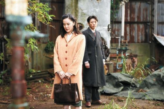 第2次大戦当時、日本軍731部隊の生体実験を扱った映画『スパイの妻』。この映画で黒沢清監督はヴェネツィア映画祭監督賞を受賞した。主人公聡子役の蒼井優(左)。[写真 釜山国際映画祭]