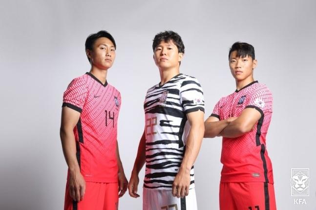 サッカー韓国代表の新ユニホームを着た白昇浩(ペク・スンホ)、権昶勲(クォン・チャンフン)、黄喜燦(ファン・ヒチャン、左から) [写真 大韓サッカー協会]