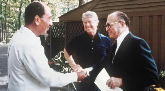 1978年、米キャンプデービッド別荘で平和交渉をしたエジプトのサダト大統領、米国のカーター大統領、イスラエルのベギン首相(左から)。[中央フォト]