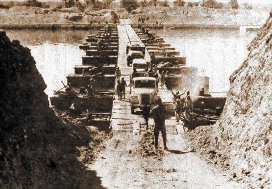 1973年の十月戦争でイスラエルを奇襲したエジプト軍が橋を渡って進撃している。[中央フォト]