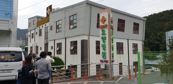 新型コロナ集団感染が発生して閉鎖された釜山のヘトゥラク療養病院。 ソン・ボングン記者