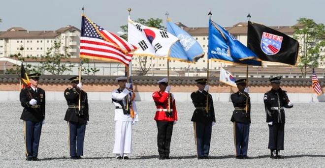 韓米連合軍司令部の儀仗隊が両国の国旗と司令部旗を持っている。 [写真 韓米連合軍司令部提供]