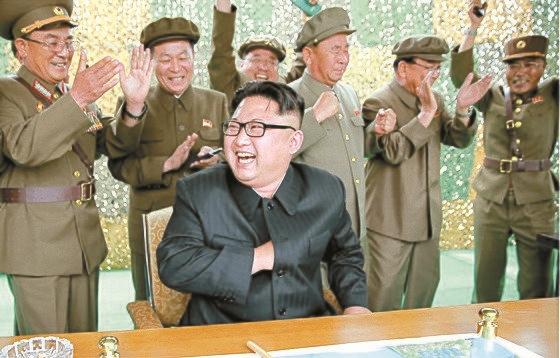 北朝鮮の金正恩(キム・ジョンウン)労働党委員長(真ん中)が2016年6月、火星10(ムスダンミサイル)試験発射の成功を喜んでいる。一番左で拍手しているのが金洛兼(キム・ラクギョム)元戦略軍司令官。[中央フォト]