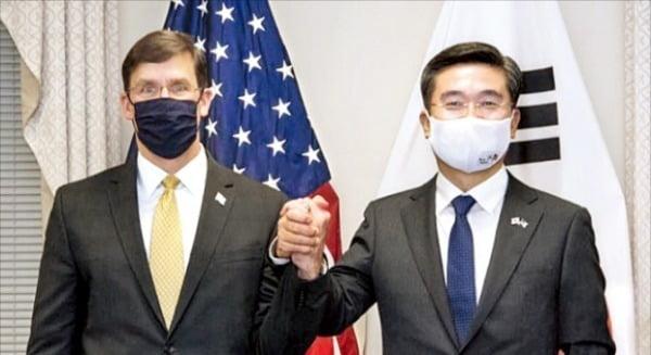徐旭(ソ・ウク)韓国国防長官(右)とエスパー米国防長官が14日(現地時間)、米ワシントン国防部庁舎で「第52回定例安保協議(SCM)」を控えて記念撮影をしている。[写真 エスパー長官ツイッター]