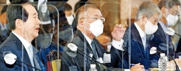 丁世均首相が15日、政府ソウル庁舎で開かれた「第2回水素経済委員会」で発言している。左から丁首相、鄭義宣現代自動車グループ会長、崔起栄(チェ・ギヨン)科学技術情報通信部長官。ホ・ムンチャン記者