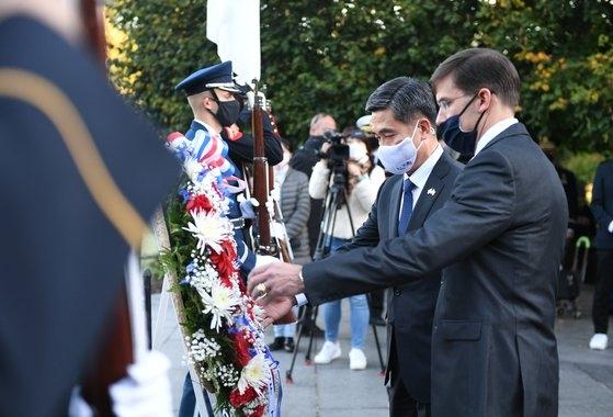 徐旭(ソ・ウク)国防部長官が14日(現地時間)、SCMのために米国を訪問し、ワシントンの韓国戦争参戦記念公園に献花している。[写真 国防部]