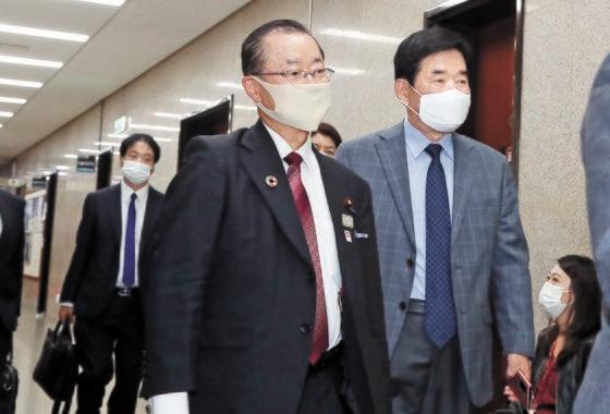 18日午後、韓国国会で日韓議員連盟の河村建夫幹事長(左)が与党「共に民主党」の李洛淵(イ・ナギョン)代表との非公開の会談に臨むため、金振杓(キム・ジンピョ)議員の案内を受けて党代表室に向かっている。オ・ジョンテク記者