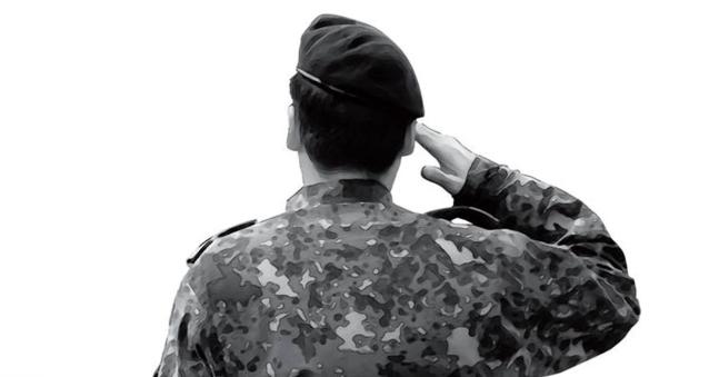 挙手の敬礼をしている軍人の後ろ姿。[中央フォト]