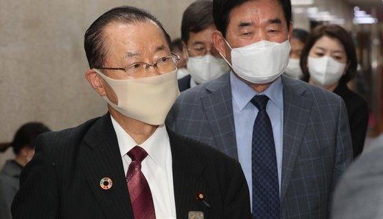 18日午後、韓国国会で日韓議員連盟の河村建夫幹事長(左)が与党「共に民主党」の李洛淵代表との非公開の会談に臨むため、金振杓議員の案内を受けて党代表室に向かっている。オ・ジョンテク記者