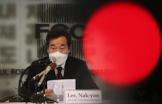 韓国与党「共に民主党」の李洛淵(イ・ナギョン)代表はこの日の記者懇談会で「安倍首相時期に比べて日本側がやや軟化したという回答を南官杓(ナム・グァンピョ)駐日大使から受けた」とし「そうなってほしい」と述べた。 [写真記者協会]