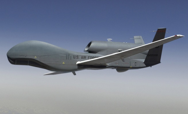 無人偵察機グローバルホーク(RQ-4) [中央フォト]