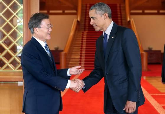 文在寅大統領が2017年7月3日に青瓦台(韓国大統領府)で訪韓したオバマ前大統領とあいさつを交わしている。[写真 青瓦台]