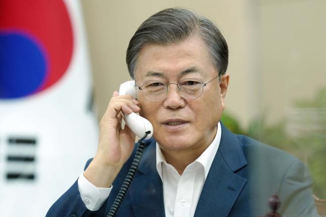文在寅(ムン・ジェイン)大統領が27日、カナダのトルドー首相と電話会談を行い、韓国産業通商資源部の兪明希(ユ・ミョンヒ)通商交渉本部長への支持を要請した。[写真 青瓦台]