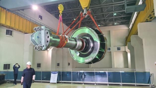 韓国水資源公社関係者が今年6月、100%国産化開発に成功した50メガワット級水車ランナーの実証のために水資源公社陜川(ハプチョン)ダム支社の陜川水力発電所にランナーを設置している。[写真 韓国水資源公社]