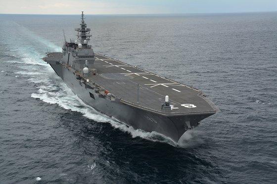 海上自衛隊のヘリコプター搭載護衛艦「いずも」。改修すればステルス戦闘機F-35Bを運用する軽空母として使用できる。[ウィキペディア]