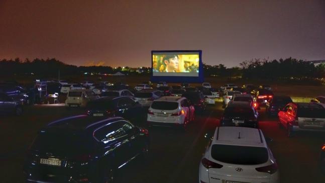 27日、仁川空港公社近隣の臨時駐車場で開催された「一緒にして価値がある2020仁川空港人権映画祭」。約400人の仁川空港常駐職員が映画を観覧した。 [写真=仁川国際空港公社提供]