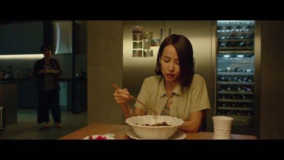 映画『パラサイト』でインスタントラーメンを食べるヨンギョ(チョ・ヨジョン)。 [写真 CJ ENM]