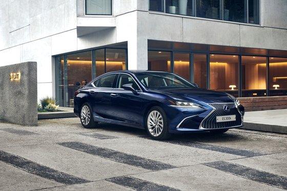 日本車ブランドの販売が少しずつ回復している。先月車種別販売順位8位に上がったレクサス「ES300h」。[写真 レクサスコリア]