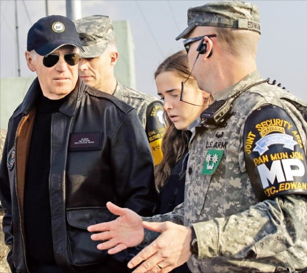第46代米国大統領の当選が確実視されているジョー・バイデン民主党候補(左)が副大統領時代だった2013年12月、孫娘のフィネガンさんとともに板門店付近の監視警戒所(GP)を訪問してJSA警備大隊関係者から非武装地帯(DMZ)の警戒態勢に関して説明を聞いている。[写真 韓国経済新聞DB]