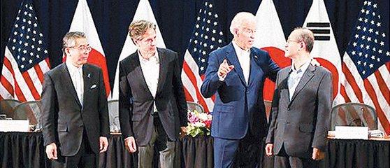 2016年に開かれた韓日米次官級協議で、当時のバイデン米副大統領(右側から2人目)が林聖男(イム・ソンナム)外交部次官(右)と話している。 [写真=在韓米国大使館]