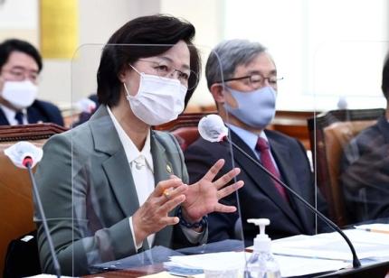 秋美愛(チュ・ミエ)法務部長官が5日、ソウル汝矣島の国会で開かれた法制司法委員会全体会議で議員の質問に答えている。右側は崔在亨(チェ・ジェヒョン)監査院長。 オ・ジョンテク記者