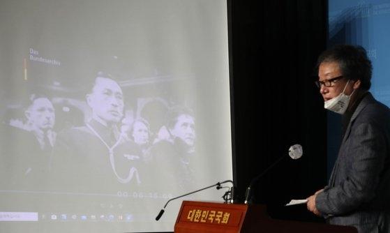 金元雄光復会長が20日、国会疎通館で愛国歌を作曲した安益泰の親日行跡を説明する資料を公開した。光復会関係者がナチスドイツ音楽会の映像資料を説明している。オ・ジョンテク記者