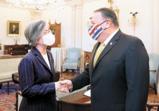 米国を訪問中の韓国の康京和(カン・ギョンファ)外交部長官(左)が9日(現地時間)、米国のマイク・ポンペオ国務長官と韓米関係及び韓半島懸案について意見交換するに先立ち、挨拶を交わしている。[写真 韓国外交部]