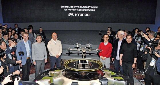 今年1月、CES2020で現代車グループの鄭義宣(チョン・ウィソン)首席副会長(左から3番目)が都心航空交通(UAM)について説明している。[写真 現代車グループ]