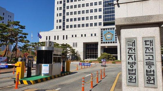 大田地方裁判所刑事4単独のイ・ホンスク部長判事は自身が勤務する大田大徳区女子トイレに隠しカメラを設置した公務員に懲役2年を宣告した。シン・ジノ記者