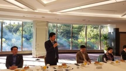 韓日議員連盟の金振杓会長が14日に東京都内のホテルで東京特派員らと記者懇談会を行い3日間の訪日成果について説明している。ユン・ソルヨン特派員