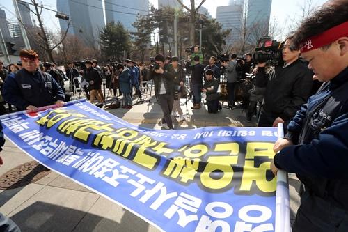 2018年、ソウル汝矣島(ヨイド)産業銀行の前で対政府要求事項を明らかにする記者会見を開いた韓国GM労組。[中央日報]