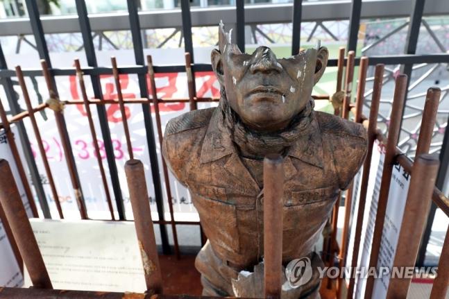 6月4日午前、光州東区の5・18民主広場に設置された「全斗煥の恥辱の銅像」が市民らの殴打により破損した。[写真 聯合ニュース]