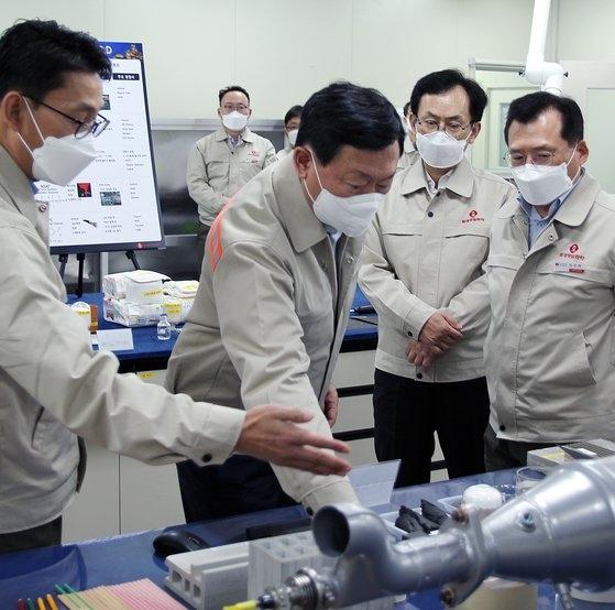 ロッテグループの辛東彬会長が18日に蔚山のロッテ精密化学生産現場を訪問した。[写真 ロッテ持ち株]