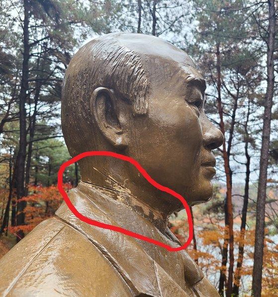 【写真】ノコギリで切りつけられた全斗煥像の首の部分