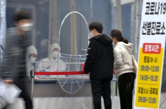 18日、大田市(テジョンシ)のある保健所の新型肺炎選別診療所で医療スタッフが市民を検査している。フリーランサーのキム・ソンテ