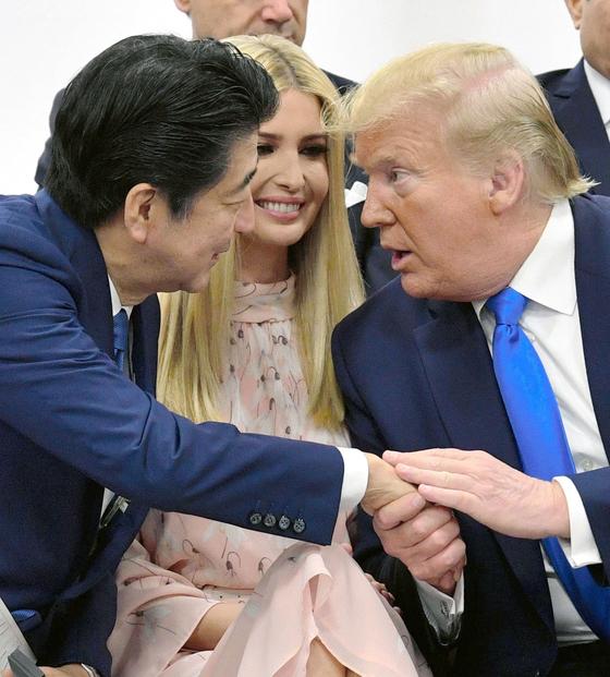 (左から)安倍晋三首相、イバンカ氏、ドナルド・トランプ大統領。[写真 聯合ニュース]