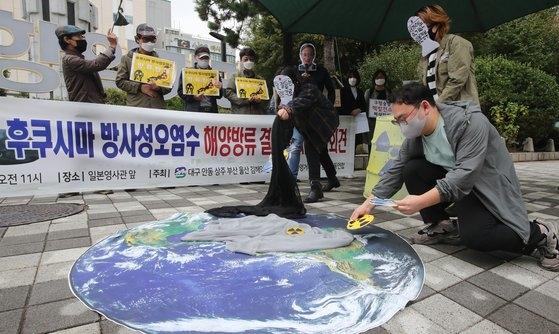 福島放射性汚染水海洋放流決定に反対する記者会見が先月22日午前、釜山の鄭撥(チョンバル)将軍銅像前で行われた。嶺南(ヨンナム)圏環境運動連合代表が記者会見の後、パフォーマンスをしている。 ソン・ボングン記者