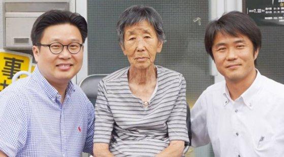 姜景南(カン・ギョンナム)さん(真ん中)と徐敬徳(ソ・ギョンドク)教授(左) [写真=徐敬徳教授 インスタグラム]