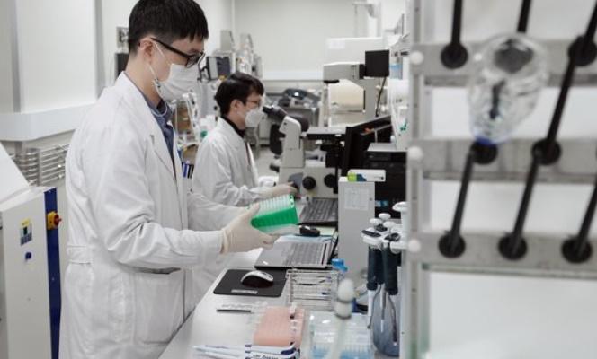 新型コロナウイルス(新型肺炎)ワクチン開発企業のSKバイオサイエンスの研究員。[写真 青瓦台写真記者団]