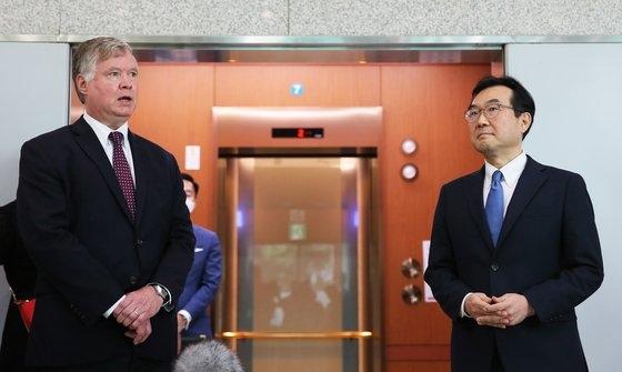 韓国の李度勲(イ・ドフン)韓半島(朝鮮半島)平和交渉本部長(右)と米国のスティーブン・ビーガン国務副長官兼北朝鮮担当特別代表(左)。[写真 共同取材団]