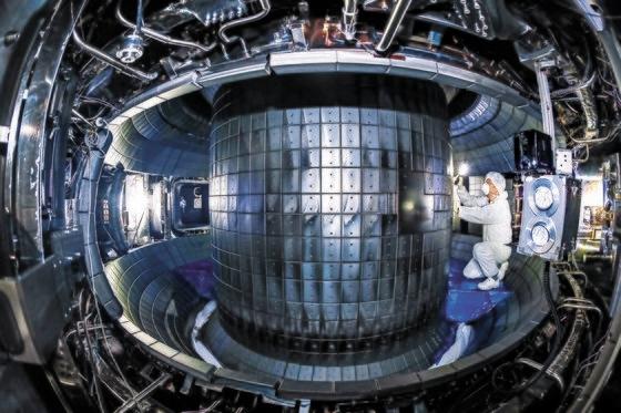 韓国核融合エネルギー研究院の職員が韓国型超伝導核融合研究装置(KSTAR)の真空容器内部を点検している。カーボンタイルで作られたKSTAR内部表面は1億度の超高温状態に耐えるため変形、損傷した様子もみられる。フリーランサー キム・ソンテ