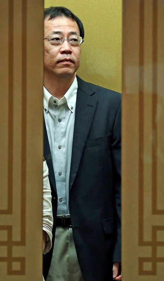 2013年8月、独島(ドクト、日本名・竹島)問題をめぐりソウル都染洞(ドリョムドン)の外交部庁舎に入る当時の船越健裕公使。[中央フォト]